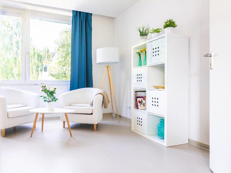 Hell, freundlich, einladend. Das sind die privaten Bewohnerzimmer in der Wohngemeinschaft für Intensiv- und Beatmungspflege.