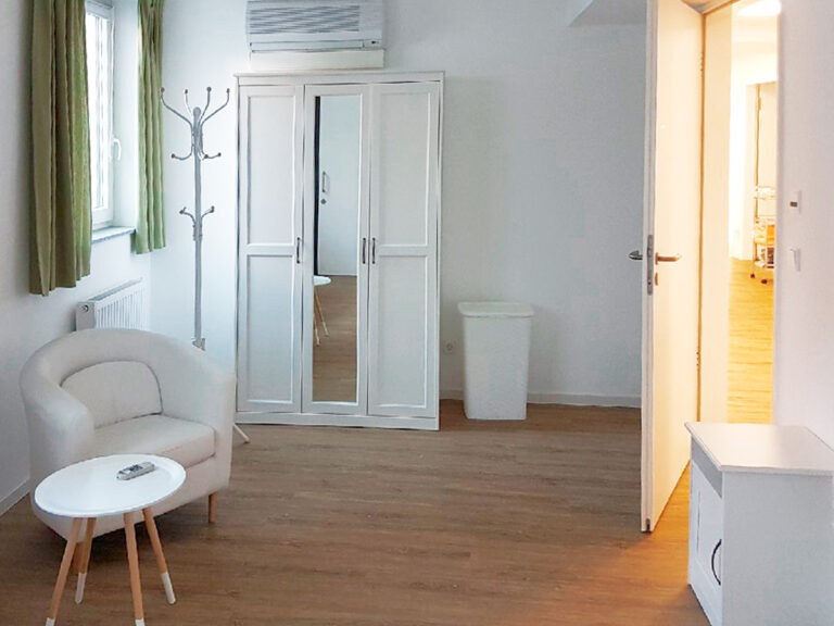 Neben den Privatzimmern ermöglichen Gemeinschaftsbereiche das Zusammenkommen von Bewohner*innen, Angehörigen und Gästen in der Intensiv-WG.