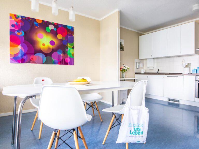 Die Beatmungspflege-Wohngemeinschaft kombiniert Privatzimmer mit einem großzügigen Gemeinschaftsbereich.